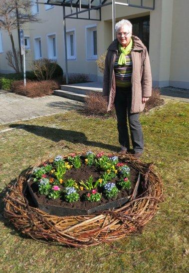 Fast geschafft! Fr. Elisabeth Hupfauer betrachtet ihr Werk